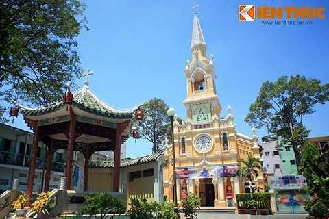 Tọa lạc tại số 25 đường Học Lạc, quận 5, TP HCM, nhà thờ Cha Tam (tên chính thức: Nhà thờ Thánh Phanxicô Xaviê - Saint Francisco Xavier) là một nhà thờ cổ có kiến trúc lạ bậc nhất Sài Gòn.