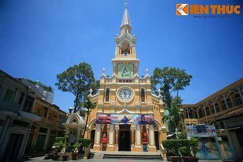 Nhà thờ được làm phép đặt viên đá xây dựng đầu tiên vào ngày 3/12/1900, nhân ngày lễ Thánh Phanxicô Xaviê tại khu vực trung tâm Chợ Lớn của người Hoa. Vào ngày 10/1/1902, lễ cung hiến thánh đường được tiến hành một cách trọng thể.