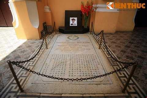 Năm 1934, Cha Tam qua đời. Ông được an táng ngay bên tường, gần cửa ra vào nhà thờ.