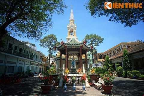 Trong lịch sử Sài Gòn trước 1975, nhà thờ Cha Tam được biết đến với vai tró là nơi ẩn náu cuối cùng của Tổng thống Ngô Đình Diệm và cố vấn Ngô Đình Nhu vào ngày 2/11/1963, trước khi hai ông này tự nộp mình cho phe đảo chính và bị hạ sát ngay trên đường áp tải từ nhà thờ về Bộ Tổng tham mưu.