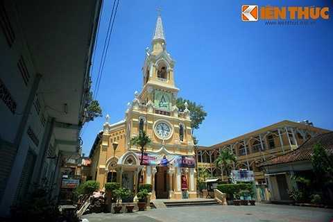 Do người đứng ra xây dựng và cũng là vị cha sở đầu tiên của nhà thờ là linh mục Pierre d' Assou (có tên Hoa là Đàm Á Tố - phiên âm theo tiếng Hoa là Tam An Su), nên dân gian quen gọi nhà thờ này là nhà thờ Cha Tam.