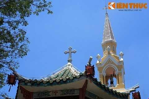 Về tổng thể, nhà thờ có lối kiến trúc độc đáo với phong cách Gothique giống như các nhà thờ ở Châu Âu kết hợp với những yếu tố văn hóa đặc trưng của người Hoa.