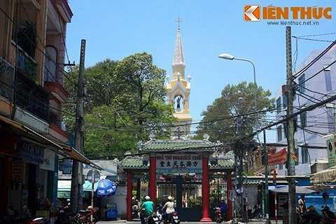 Dấu ấn Trung Hoa có thể nhận ra đầu tiên là cổng nhà thờ xây kiểu tam quan.