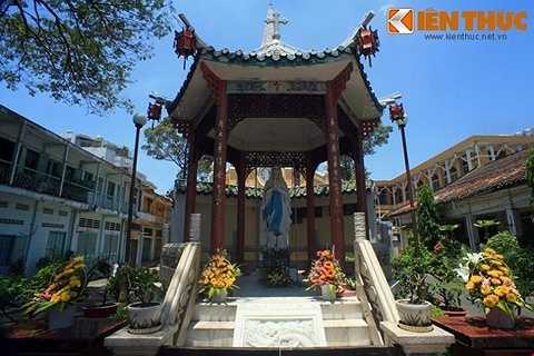 Phía trước nhà thờ có một công trình dạng tiểu đình Trung Hoa có mái lợp ngói âm dương, các đầu đao cong, bên trong đặt tượng Đức Mẹ.