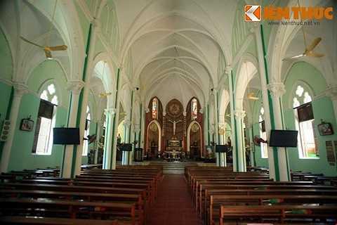 Kiến trúc bên trong thánh đường nhà thờ Cha Tam về tổng thể là kiểu kiến trúc phong cách Gothic quen thuộc ở các nhà thờ cổ do người Pháp xây dựng ở Việt Nam.