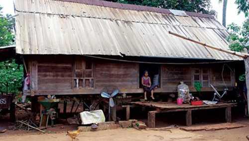 Nhà sàn truyền thống của người Vân Kiều tại xã Ea Hiu.
