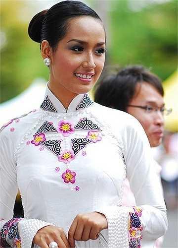 Sau khi đăng quang, hình ảnh của Mai Phương Thuý gắn liền với răng khểnh, da nâu.