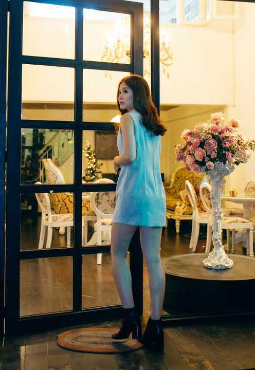 Á hậu Việt Nam 2014 một mình đi thử váy cưới cho hôn lễ được tổ chức tại Vĩnh Long vào ngày 24/12 tới.