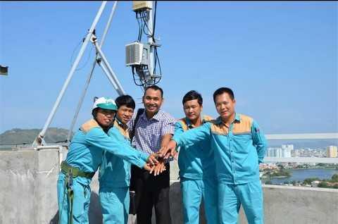 Các nhân viên Viettel kiểm tra mang lưới