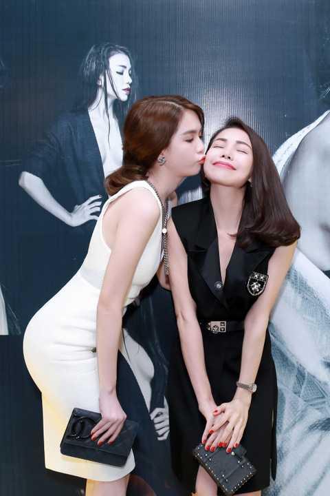 (VTC News) - Ngọc Trinh dành cho Trà Ngọc Hằng nụ hôn chúc mừng ra mắt MV mới.