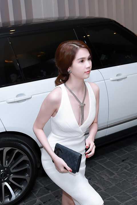 Nữ hoàng nội y sang trọng và quyến rũ trong chiếc đầm trắng tinh khôi đến tham dự buổi ra mắt MV Yêu của cô bạn thân Trà Ngọc Hằng.