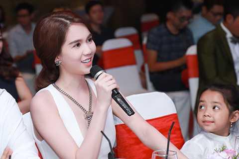 Sau khi xem qua MV Yêu của Trà Ngọc Hằng, Ngọc Trinh cho biết đây là một sản phẩm âm nhạc chất lượng, được đầu tư chu đáo từ âm nhạc cho đến phần hình ảnh, khiến người xem luôn bị cuốn hút theo từng giai điệu và khung hình.