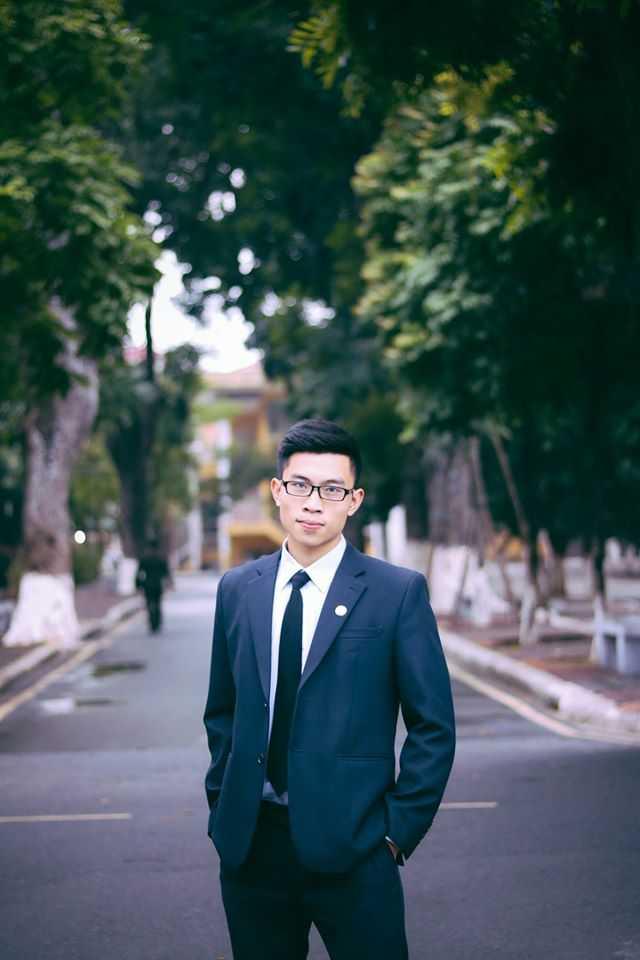 Hoàng Mạnh Linh sinh năm 1996, hiện theo học lớp B1DS2