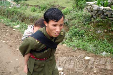 Trưởng công an Lý A Chư dẫn phóng viên đi tìm hiểu về chuyện gái Mông yêu Tây