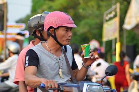 Công nhân dừng xe thưởng thức nước Tăng lực vị cà phê WAKE-UP 247 & nước Tăng lực trà xanh F247