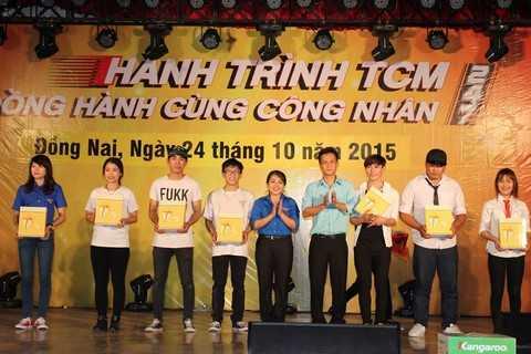Mở đầu chương trình với phần vinh danh các Công Nhân có thành tích lao động xuất sắc