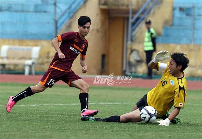 Văn Toàn bỏ lỡ cơ hội mười mươi mở tỷ số cho U23 Việt Nam trong một tình huống đối mặt với thủ thành JFL. (Ảnh: Quang Minh)