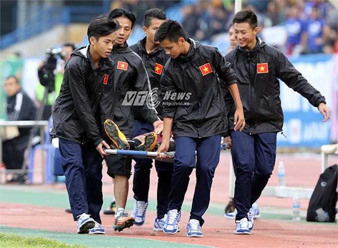 Đội trưởng U19 Việt Nam phải rời sân bằng cáng. (Ảnh: Quang Minh)