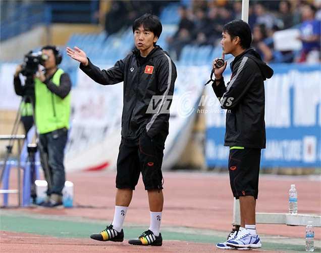 Ông Miura không thể hài lòng với những gì các học trò đã thể hiện. Cuối trận, ông tung lại Đông Triều, Tuấn Tài vào sân nhưng tình thế chẳng được cải thiện.  (Ảnh: Quang Minh)