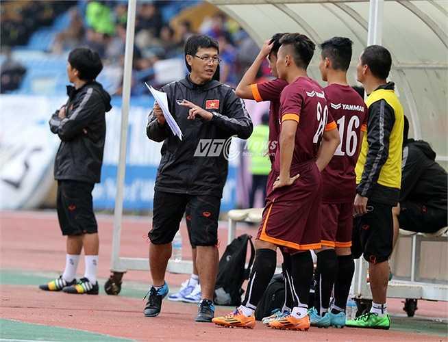 Thì HLV Miura cho thay 3 cầu thủ liền lúc khiến U23 Việt Nam mất thế trận hòa hòa 0-0 sau 45 phút đầu. (Ảnh: Quang Minh)
