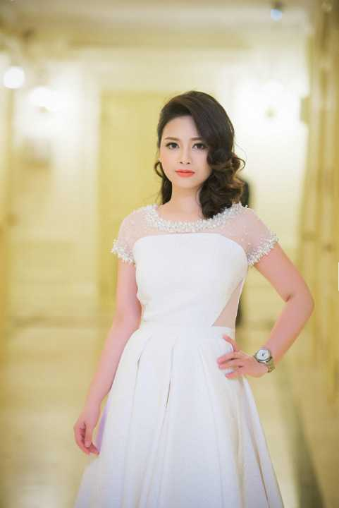 Dù rất bận rộn trong phòng thu để tập trung cho single mới Người đứng xem của tác giả hit-maker Mew Amazing, Dương Hoàng Yến vẫn thăng hoa trong ca khúc trữ tình đã nổi tiếng với nhiều thế hệ.