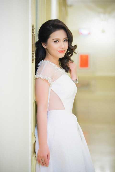 Dương Hoàng Yến dịu dàng trong đầm trắng tinh khôi của NTK Hà Duy, người đồng hành với cô về mặt hình ảnh, thời trang.