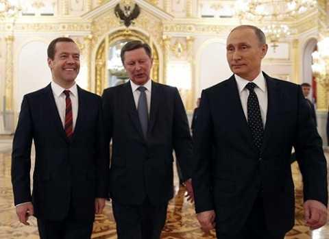 Tổng thống Nga Vladimir Putin (ngoài cùng, bên phải) đi cùng Chánh văn phòng điện Kremlin Sergei Ivanov (giữa) và Thủ tướng Dmitry Medvedev tại điện Kremlin ngày 3/12