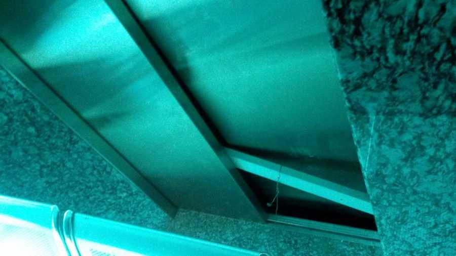 Phía dưới chân cửa thang máy bật ra tạo thành khoảng trống - Ảnh: Thân Hoàng