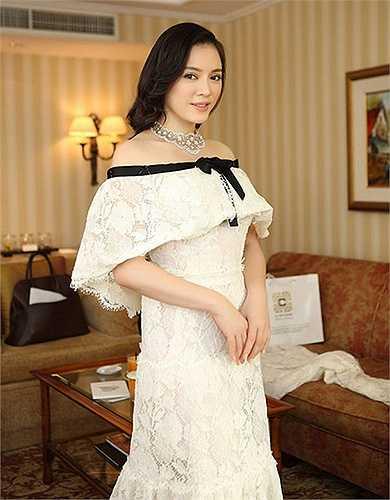 Bắt đầu từ LHP Cannes 66 năm 2013, Lý Nhã Kỳ gần như lột xác. Cô chi 2 tỷ đồng để đầu tư cho bộ cánh độc quyền của Chanel và xuất hiện rạng rỡ trên thảm đỏ Cannes