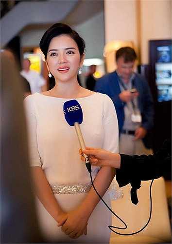 Cách trang điểm và làm tóc nhẹ nhàng, Lý Nhã Kỳ tỏa sáng trên khắp mặt báo nhân dịp LHP Cannes năm ấy