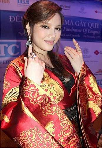 Cô thường xuyên diện những bộ cánh đắt tiền nhưng lại mang phong cách sến sẩm