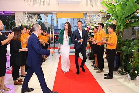 Nam diễn viên tình tứ dìu bạn gái bước vào thảm đỏ.