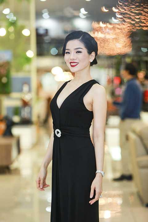 Bà mẹ một con Lệ Quyên giản dị với chiếc đầm đen nhưng vẫn không kém phần sang trọng, quý phái.