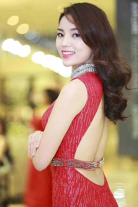 Hoa hậu Kỳ Duyên nổi bật với chiếc đầm vây cá lấp lánh và đầy gợi cảm khi khoe lưng trần quyến rũ.