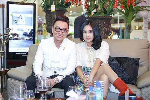 Nữ diva Thanh Lam và nhà thiết kế Nguyễn Công Trí cũng đến chúc mừng buổi khai trương.