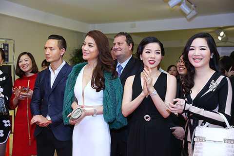 Là những người bạn thân thiết của doanh nhân Dương Quốc Nam, các nghệ sĩ nổi tiếng trong làng giải trí đều thu xếp thời gian để góp mặt và chúc mừng cho thành công của vị doanh nhân trẻ tài năng.