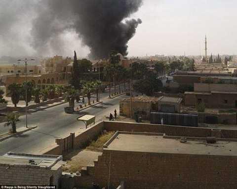 Khói lửa là điều dễ thấy nhất ở Raqqa