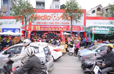 Đoạn đường trước cửa MediaMart Lê Văn Lương ùn ứ