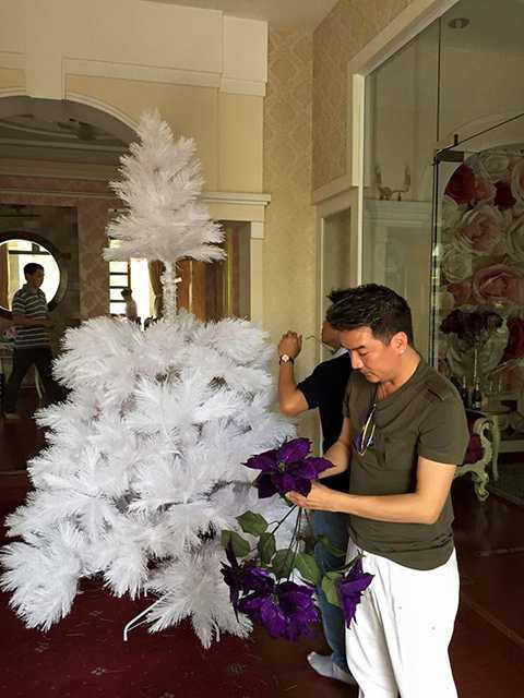 Là một người con của Chúa, Đàm Vĩnh Hưng đã tự tay trang hoàng lại nhà cửa để chuẩn bị cho lễ Giáng sinh đang gần kề.
