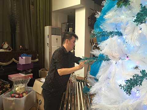 Nam ca sĩ đã mua rất nhiều đồ trang trí với mong muốn mang đến một không khí Giáng sinh thật ấm cúng ngay tại tư gia của mình.