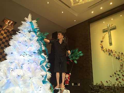 Hình ảnh một Đàm Vĩnh Hưng cần mẫn làm việc, chăm chút cẩn thận và không ngại leo trèo để mang đến một khung cảnh Giáng sinh đặc sắc thật khác với một quý ông nhạc Việt đầy lịch lãm mỗi khi anh xuất hiện trước công chúng.