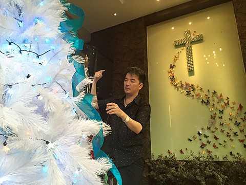 Ngoài ra, anh cũng vừa tổ chức một mini liveshow ngoài trời tại sân khấu Cầu Vồng 126 mang chủ đề Ô kìa... Đông với những ca khúc đặc trung của mùa Giáng sinh.