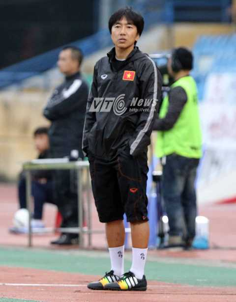 HLV Miura muốn thấy một sự thay đổi ở tinh thần thi đấu của các học trò trong trận đấu với Osaka (Ảnh: Quang Minh)