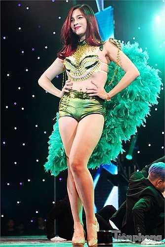 Đi kèm những bộ nội y là các phụ kiện cầu kì mang phong cách Victoria's Secret Fashion Show.