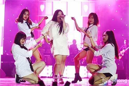 Đặc biệt, đêm đại nhạc hội 'Galaxy 2015' còn có sự tham gia của ban nhạc Kick-off và những ca sĩ trẻ, xuất thân là sinh viên ĐH Thăng Long và từng gây ấn tượng tại một số cuộc thi âm nhạc như Phạm Anh Duy, Phạm Vân Anh (The Voice) hay Đồng Thủy Tiên (X-Factor, Vietnam Idol).