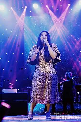 Nữ ca sĩ trẻ dễ thương của đội HLV Mỹ Tâm – Phạm Vân Anh (The Voice) thể hiện hai ca khúc từng gây tiếng vang của cô: 'All By Myself' và 'All About That Bass'.