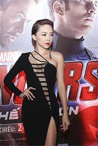 Nữ ca sĩ Tóc Tiên cũng nổi tiếng trong showbiz Việt vì sắc vóc bắt mắt cùng gu thời trang siêu gợi cảm. Trong năm 2015, giọng ca sinh năm 1989 mang đến showbiz Việt nhiều trang phục khoét xẻ bắt mắt