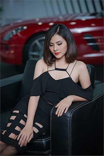 Những khoảng hở của chiếc váy mang đến sự gợi cảm cho nữ diễn viên Vân Trang
