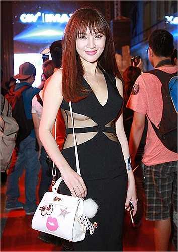 Những khán giả khó tính không mấy hài lòng với kiểu lộ ra nửa bầu ngực của hot girl Kelly Nguyễn trong chiếc váy xuyên thấu cut out này