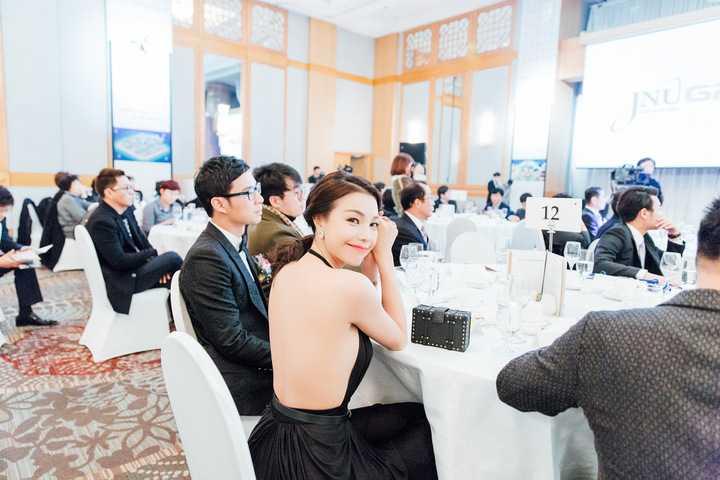 Ở Hàn Quốc đang mùa lạnh, vào buổi tối diễn ra sự kiện, thời tiết chỉ 3 độ C, mặc dù vậy, Trà Ngọc Hằng vẫn táo bạo diện một chiếc đầm dạ hội đen khoe lưng trần óng ả, mướt mát tham dự sự kiện càng gây thêm sự chú ý đối với quan khách.